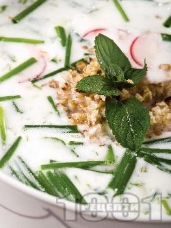 Студена млечна супа от кисело мляко с краставици и репички - снимка на рецептата